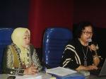 Dr. Ratna Hapsari, M.Si, didampingi oleh ketua panitia/Ketua MGMP  Dra. Sri yarti, M.Pd