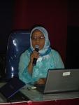 Salah seorang peserta sedang presentasi hasil kerja : Dra . Endang  dari SMA 36 Jakarta.